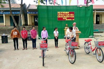Lễ trao tặng xe đạp cho học sinh nghèo vượt khó